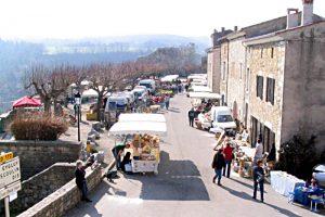 Rue principale du village et esplanade